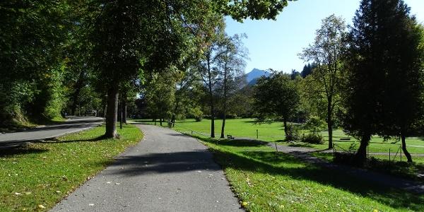 Spazierweg oberhalb des Minigolfplatz in Bad Faulenbach