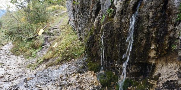 Felswand mit Quelle - hier beginnt rechts der Anstieg zum Schuhmacherkreuz