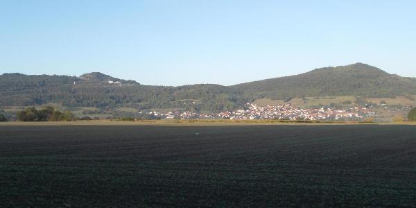 Blick auf Völkershausen mit Oechsenberg und Dietrichsberg