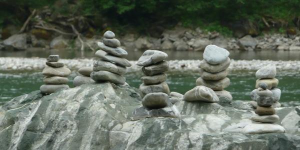 Steinmännchen entlang der Iller