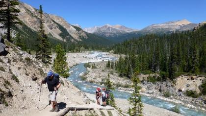 Treppen in Richtung Bow Glacier Falls.