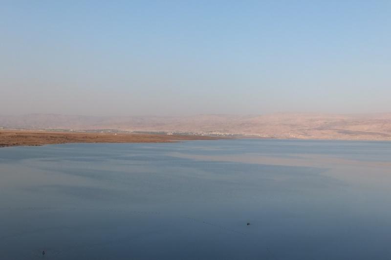 Blick auf das Tote Meer und Jordanien am Horizont