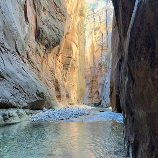 קירות קניון ענקיים המקיפים את המסלול