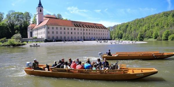 Zillen am Kloster Weltenburg setzen Wanderer über die Donau.