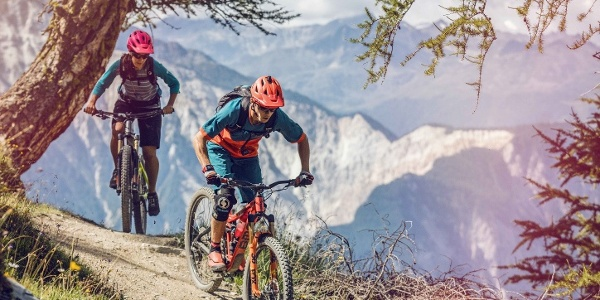 Mountain bikers on one of the many Singletrails of the itinerary