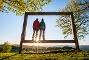 Zwei Wanderer stehen im Landschaftsrahmen auf dem Kornberg bei Dillenburg