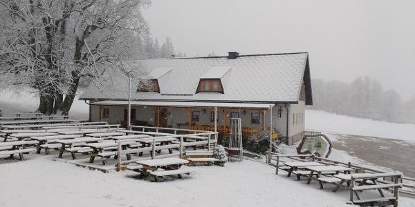 Almhaus Hochbärneck nach einem späten Wintereinbruch