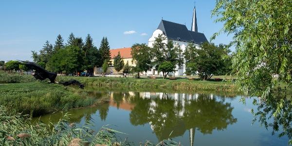 A Papok-réti tó melletti minorita templom a várostörténeti sétány nyugati végén, partján egy sárkánnyal