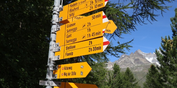 Signpost at the start of the hike. The path leads towards Grünsee.