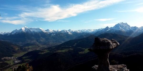 Die Steinerne Agnes schaut zu den Berchtesgadener Bergen