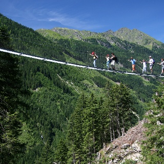 die 50 Meter lange Hängebrücke