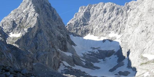 Blaueisspitze mit Gletscher zur Rechten und links die Wände des Hochkalters