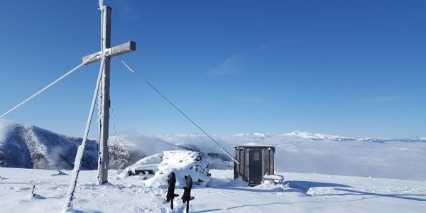 Gipfelkreuz am Lärchkogel mit kleinem Unterschlupf