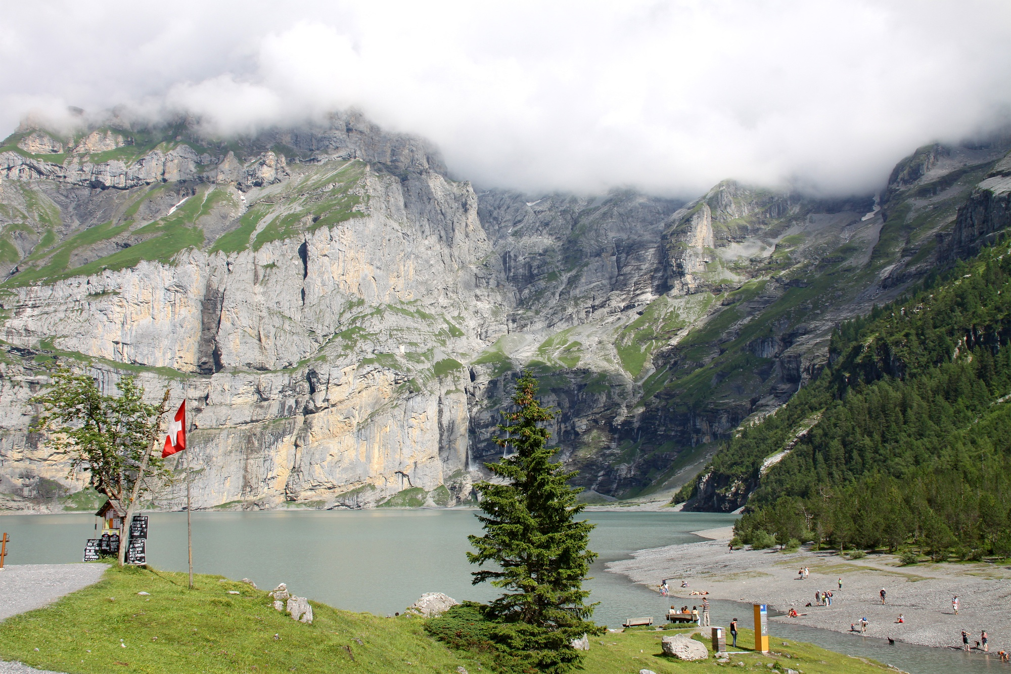 Blick nahe Berghotel auf den Oeschinensee.