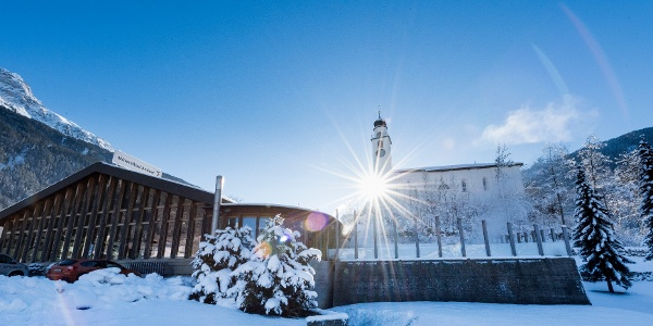 Mineralbad und Kirche Andeer im Winter