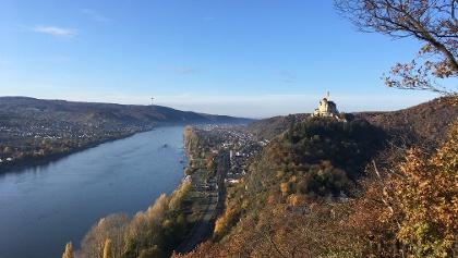 Spätherbst 2019: Blick rheinabwärts auf Rhein, Braubach, Marksburg, Aussichtspunkt nahe der Schutzhütte am Rheinsteig