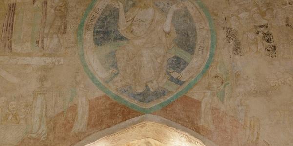 A szivárványon trónoló Krisztus az utolsó ítélet alakjajént a Veleméri templom diadalíve fölött