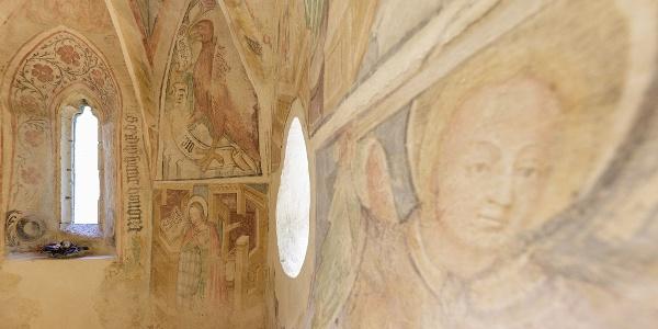 A veleméri templom freskói: Mária az angyali üdvözleten, felette a sasként ábrázolt János evangélista
