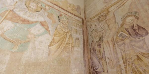 A veleméri templom: balra Szent László és Szent Miklós, jobbra a megfeszített Krisztus