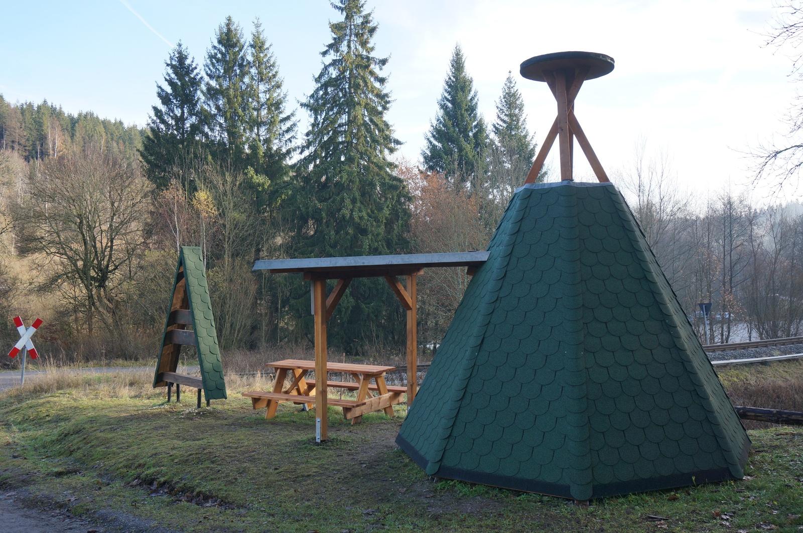 Köte im Stil einer Köhlerhütte am Ortsrand