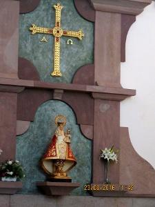 Asturisches Kreuz und Marienstatue