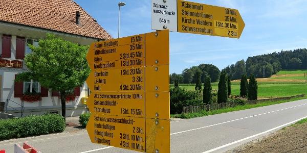 Wegweiser am Bahnhof Schwarzwasserbrücke.