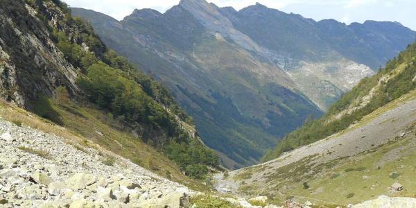 Im oberen Estaing-Tal. Blick nach Norden auf die Castet Berd-Berghänge und den Pic de Sarret
