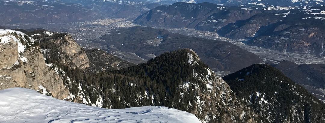 Blick in nordöstliche Richtung vom Südtiroler Unterland über den Mitterberg mit dem Montiggler See hinauf nach Bozen, die Hochflächen Salten und Ritten, die Sarntaler Alpen sowie hinüber zum Reggelberg und den Dolomiten im Hintergrund