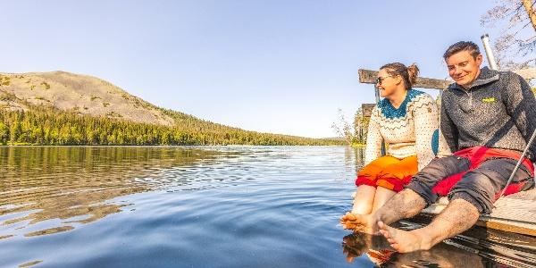 Kesänkijärven kierroksen varrella on kaksi laituria, joissa voi levähtää ja ihailla Kesänkijärvestä kohoavia Yllästunturin Kellostapulin jylhiä rinteitä.