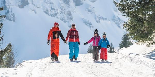 Familie bei Winterwandern auf Turren