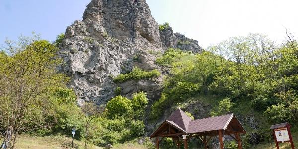 A Bagolyvár és az alatta található pihenőhely