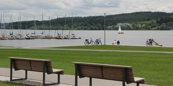 Die Promenade am Ufer des Möhnesees
