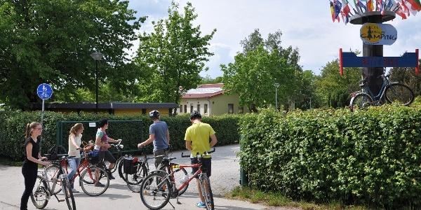 Radler auf dem Spreeradweg am Bautzener Campingplatz