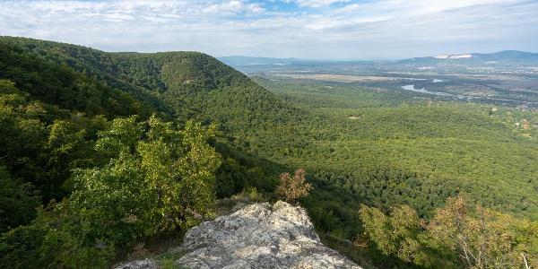 Vörös-kő, háttérben a Börzsöny és a Naszály
