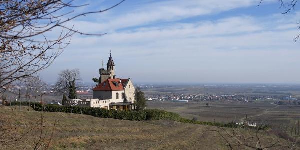 Der Lausturm wurde von seinen Besitzern zum Kaiserstein veredelt.Er wacht über den Einstieg ins Gradental, wo unsere Wanderung beginnt.