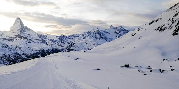 Randonnée d'hiver à travers le lac Stellisee enneigé