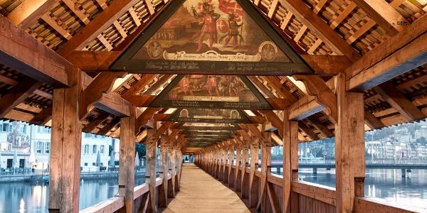 Kapellbrücke Luzern mit Dreiecks-Giebelbildern