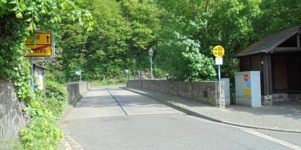 Wir verlassen das Dorf über die schöne Steinbrücke (1)