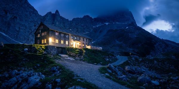 Die Lamsenjochhütte bei Nacht