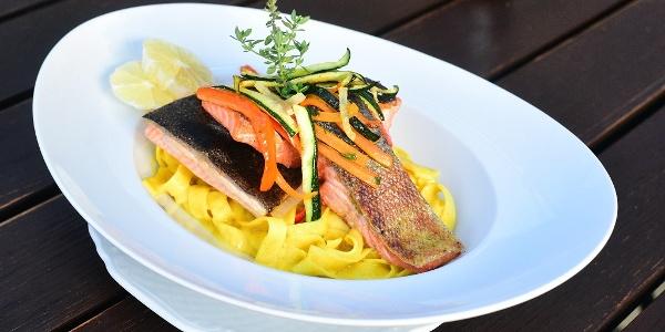 Fischgericht bei Malek's Café Daheim