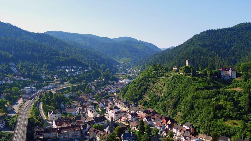 Blick auf die Schwarzwaldbahn und den Hornberger Schlossberg