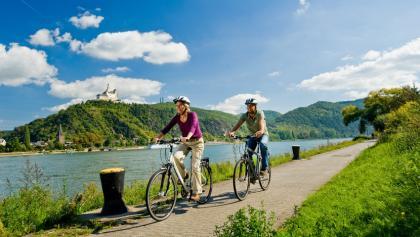 Rheinradweg bei Spay mit der Marksburg im Hintergrund.