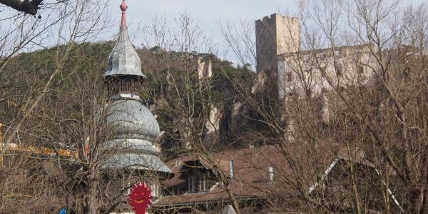 Das Hotel Sacher in der Helenenstraße (Turm) ist unser Ausgangspunkt. Im Hintergrund die Ruine Rauhenstein