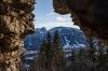 Der Breitenberg durch ein Loch in der Mauer der Ruine Hohenfreyberg gesehen - @ Autor: Julian Knacker - © Quelle: Pfronten Tourismus