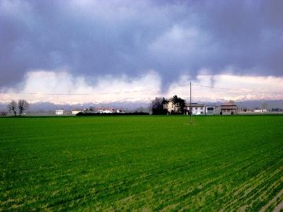 Nähe Torrente Nure mit Blick Richtung Alpen