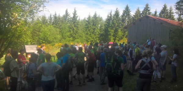 Wanderer an der Aussicht am Weidekampen mit erster kulinarischer Station