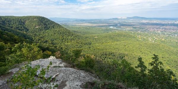 A Vörös-kő sziklája, feltűnik a Börzsöny és a Naszály