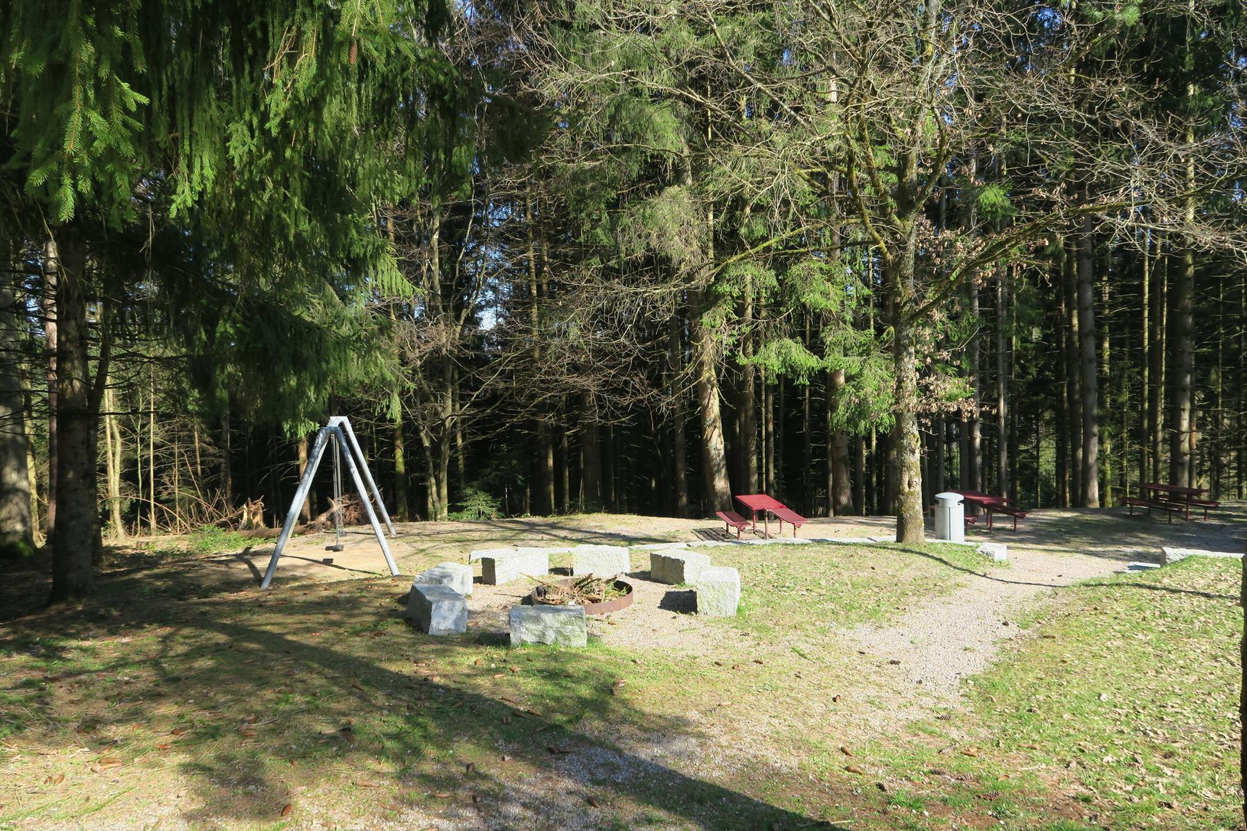 Grill- und Spielplatz am Parkplatz Hännemer Wald.