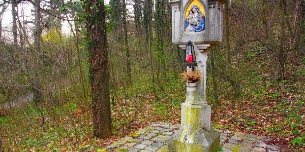 Das Marterl beim Wappenstein der Weilburg