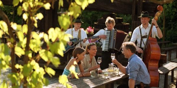Gemütliches Beisammensein mit Wein und steirischer Musik in den Buschenschänken im Hartbergerland